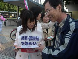 市民の方が笑顔で署名に