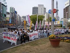 栄交差点をパレード
